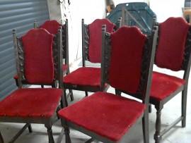 5 chaises rouges